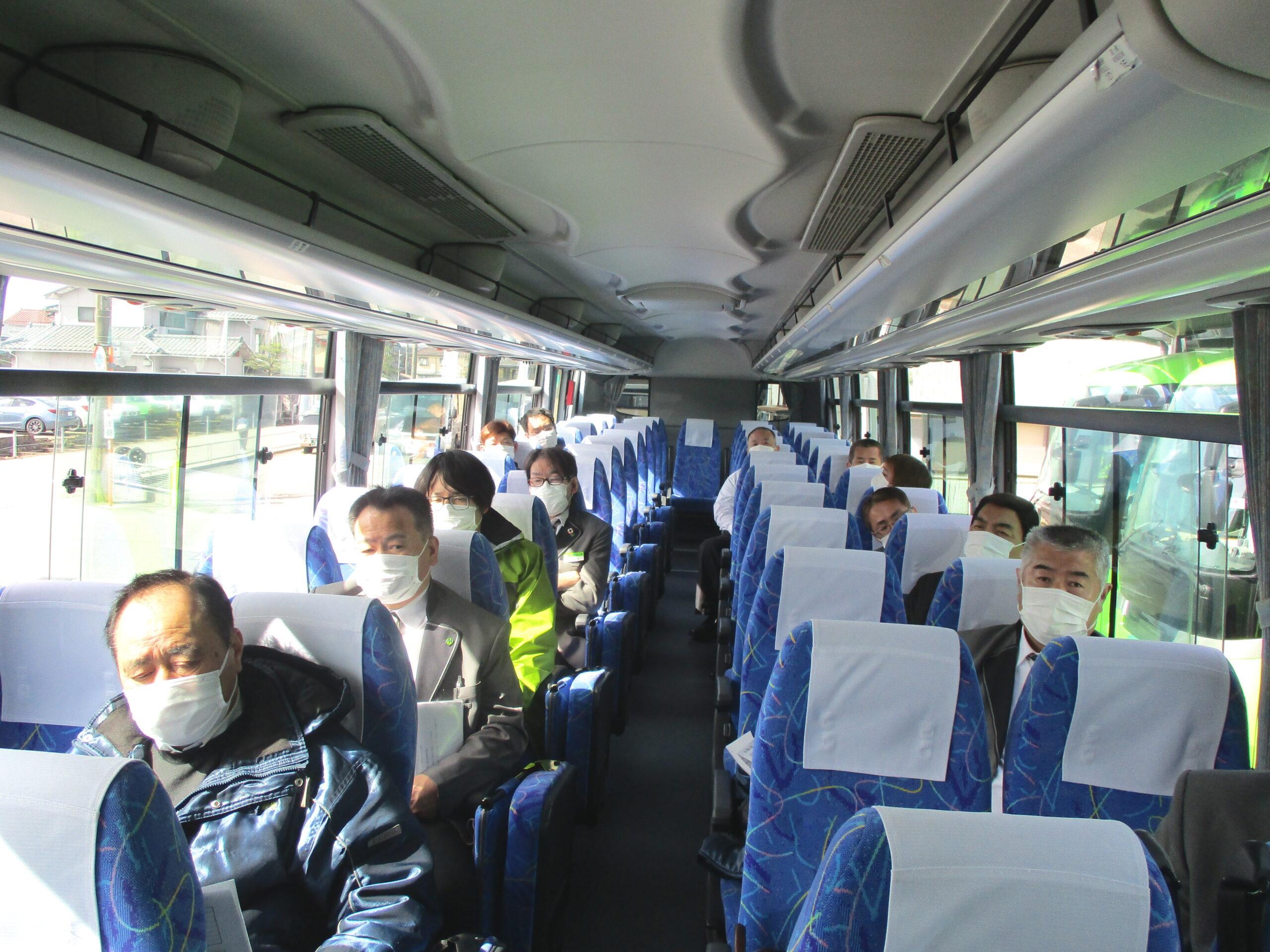 バス車内で会議